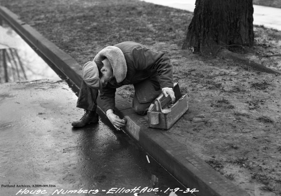 1934_curb-numbering-se-elliott-ave_a2009-009-31661